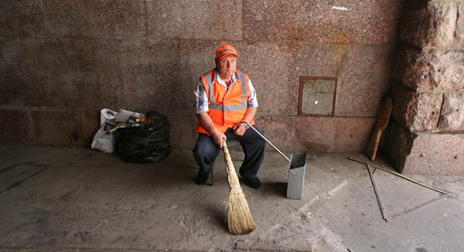 クロンシュタット区の行政は今夏、屋外清掃の仕事ですべての出稼ぎ労働者と地元民を入れ替える、社会・経済実験の実施を決定した=PhotoXPress撮影