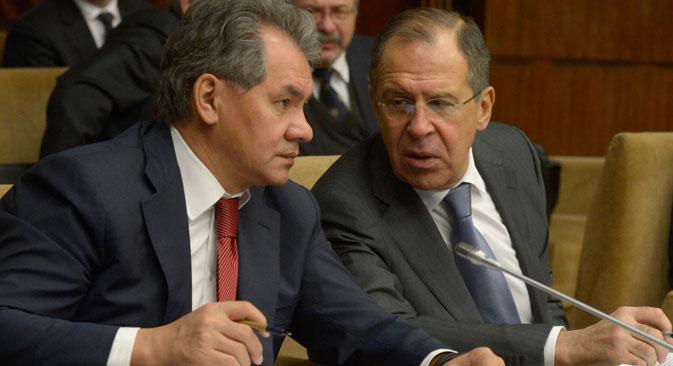 ロシアのセルゲイ・ショイグ国防相(左側)とセルゲイ・ラヴロフ外相=エドゥアルド・ペソフ撮影/ロシア通信