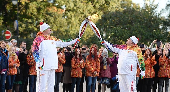 ソチ冬季五輪の聖火はオリンピック史上もっともスケールの大きなロシアの聖火リレーのクライマックスとなった=ロシア通信撮影