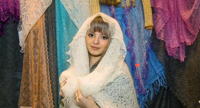 編みの複雑さとサイズにより、ショールの値段は、100ユーロ~1500ユーロと幅がある。手編みのショールは、白、こげ茶、グレーなど、素材そのままの色の製品が多い。=Lori/Legion Media撮影