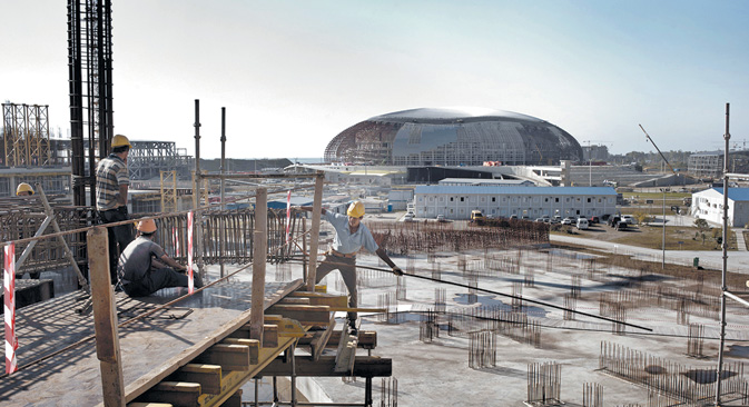 工事完成が急がれるソチの五輪会場周辺。=Yuri Kozyrev/Noor Images撮影
