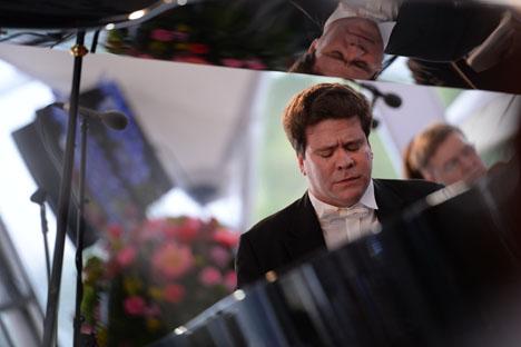 ロシアのピアニスト、デニス・マツエフ=ミハイル・シニツィン撮影/ロシースカヤ・ガゼタ(ロシア新聞)