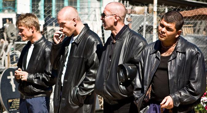 マフィアとは無関係な若者たちの多くが、「雄牛」の真似をして、体を鍛え、髪をそり、ス ポーツ・ウェア、革のジャケット、キャップを身につけて街の中を歩いた=AFP / East News撮影