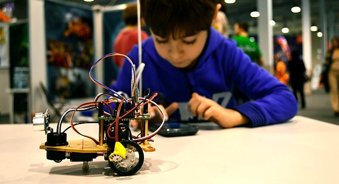 シベリア全土から集まった6~30歳の青少年約300人がロボット技術祭「ロボシブ」に参加した=レオニド・カガノフ撮影