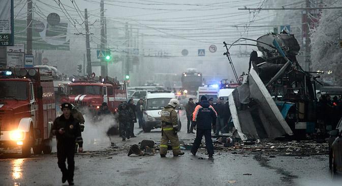 ヴォルゴグラード市で、30日朝のラッシュアワー時、ベッドタウンから市中心部に向うトロリーバスが爆破され、現時点で14人が死亡、28人が負傷して入院した=ロイター通信撮影