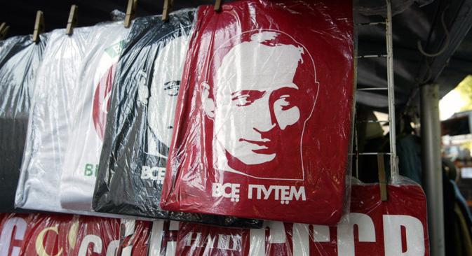 ロシアのギフトショップは、マグネットから小像、さらにはデカンターにいたるまで、さまざまなウラジーミル・プーチン関連商品が販売されている=PhotoXPress撮影