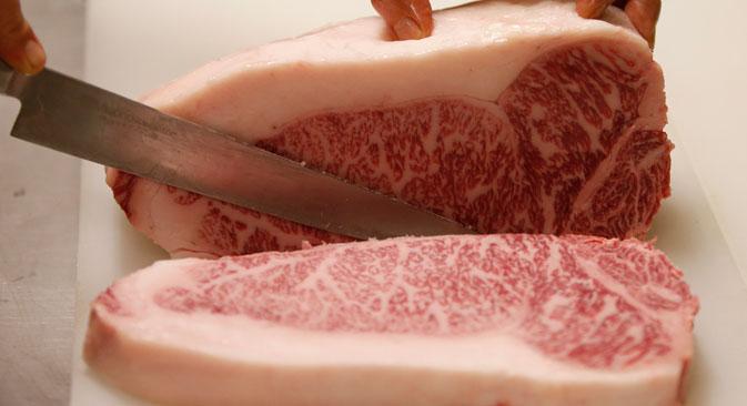 ロシアの食肉市場でおもしろいのは、高級セグメントだけではない。ロシア人のいわゆる「赤肉」つまり牛肉の生産は、鶏肉と豚肉が増えているのに、尻すぼみだ。=Reuters/Vostock Photo