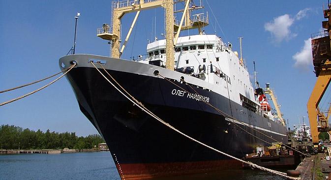 ロシアのトロール漁船「オレグ・ナイジョーノフ」号=タス通信撮影