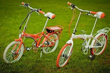 オレンジとホワイトの電気自転車「メレス(Meles)」の外観は、ソ連時代の折りたたみ自転車「カマ」をほうふつとさせる=Press photo撮影