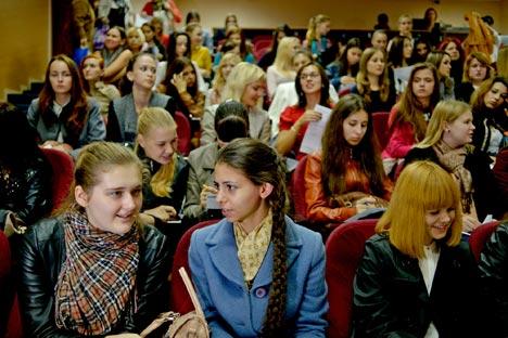 美人コンテストとキャスティングのオーディションに参加するために、ソチの数百人の女性たちが昨年11月、芸術大学に集まった=ミハイル・モルダソフ撮影