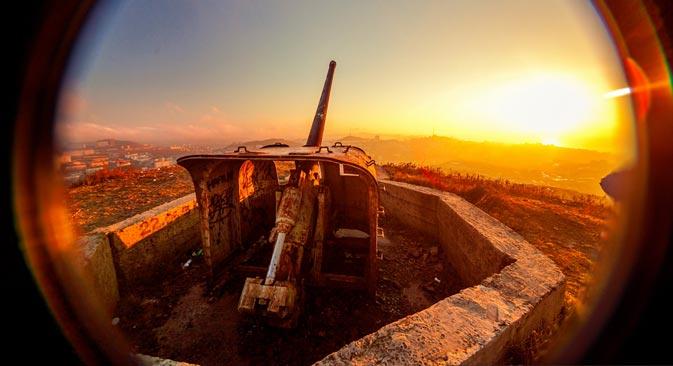 ルースキー島では、20世紀初めに造られた火薬庫、多数の兵舎の廃墟、入り江の岸で錆びつつあるソ連時代の軍艦の残骸を目にすることができる=写真提供:アーシャ・オルロワ/ vladivostokasya.livejournal.com/