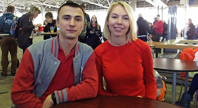 モスクワのジャーナリストであるアナスタシヤ・ステパノワさんと、ヴォロネジのコンピュータ技術者であるアルチョム・ゴンチャロフさん=エカチェリーナ・トゥルィシェワ撮影