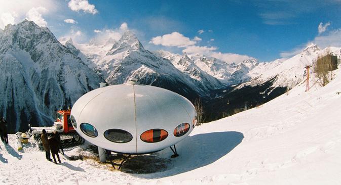 1979年、ムッサ・アチタラ山の斜面にホテル 「タレルカ (皿)」が建てられた。その支柱は特別な設計がなされており、雪崩が起きた際には、この 「皿」ごと滑り落ちてけが人が出ない仕組みだ。=GeoPhoto撮影