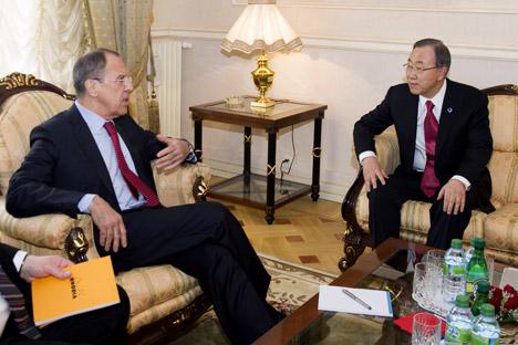 ロシアのセルゲイ・ラブロフ外相(左)と潘基文(パン・ギムン)国連事務総長=AP通信撮影