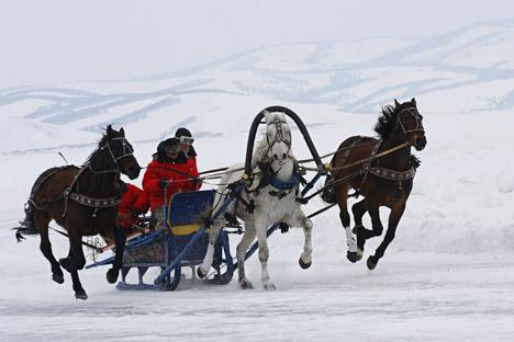 19世紀初頭には、馬車の走行速度を高める目的で、馬を三頭立てにしてソリや馬車を引かせる、馬具と運転操作を組み合わせたトロイカという乗り物が発明された。=ヴィターリイ・ベズルキフ撮影/ロシア通信