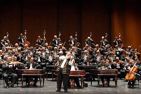 ブダペスト・ジプシー・シンフォニー・オーケストラ「100のジプシー・バイオリン」の公演=プレス・フォト