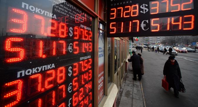 ロシア銀行(ロシア中央銀行)が2014年3月4日から設定するドルの対ルーブル公式レートは、ほぼ20コペイカ上昇し、1ドル36,38ルーブルとなった。これは、2009年2月7日の1ドル36,3ルーブルを五年ぶりに更新する安値=マキシム・ブリノフ撮影 / ロシア通信