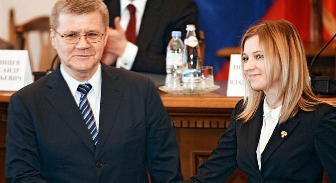 ロシア連邦のユーリ・チャイカ検事総長は11日、クリミア自治共和国検事局の職員に、初のロシア連邦検事局職員証を付与した。=ロシア通信撮影