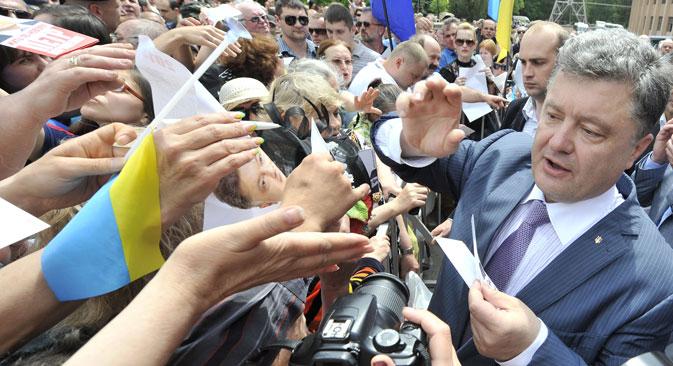 ユーリヤ・ティモシェンコ(右側)とペトロ・ポロシェンコ=AP通信撮影