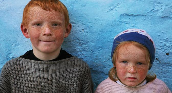 アルメニアでは珍しい金髪碧眼のモロカン教徒の子供たち。=セルゲイ・マクシミーシン撮影