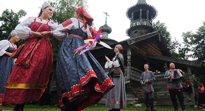サラファンは伝統的に、ロシアの中部や北部で着用されていたが、県が違うと特徴も変わっていた。=コンスタンチン・チャバノフ撮影/ロシア通信