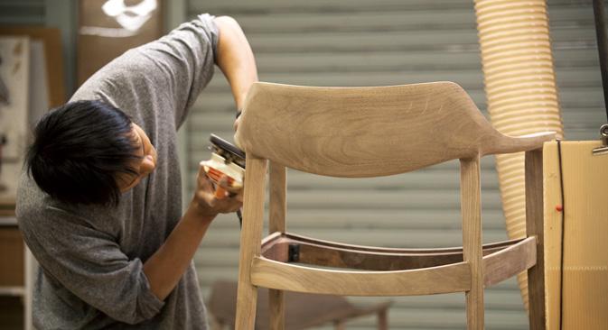 新製品を製作中の高級デザイン家具「カンディハウス」のマスター=「カンディハウス」提供