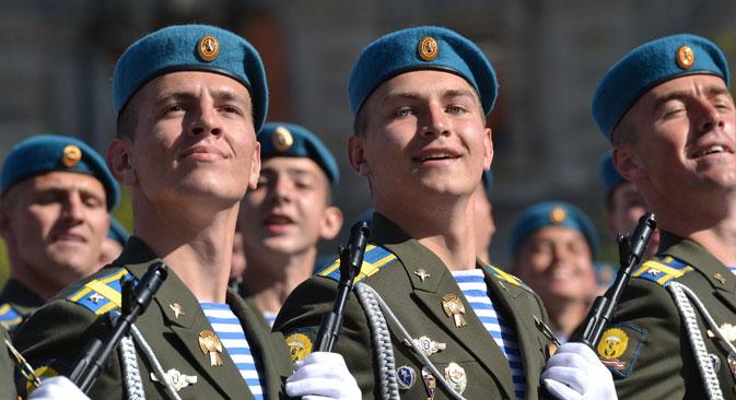 テリニャシュカは常に海の服であって、空の服ではなかった。だが青いベレー帽をかぶった空挺隊員(落下傘兵)もテリニャシュカを着るようになった。=ロシア通信