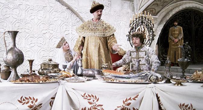 Vale ressaltar que as grandes refeições do monarca russo eram compostas apenas pelos pratos russos daquela época Foto: kinopoisk.ru
