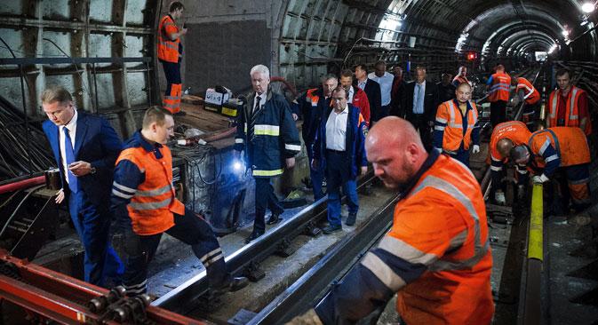 モスクワ市は、「事故に遭った列車とその区間の地下鉄の線路は、地下鉄の運用基準によって見込まれている十分な定期的チェックを受けていた」と発表した。=ロシア通信