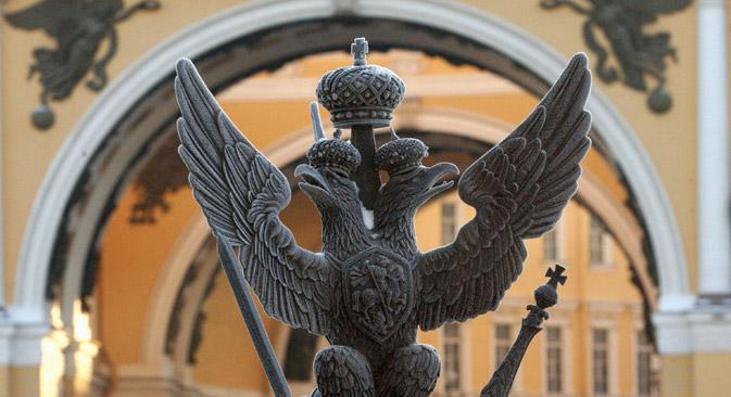 ソ連崩壊後、国章の選定を担当する特別委員会の3年に及ぶ作業の結果、双頭の鷲がロシアで復活。2月革命後の国章に似た、冠、王笏、権標のない国章が、ボリス・エリツィン大統領令によって1993年に承認された。=タス通信