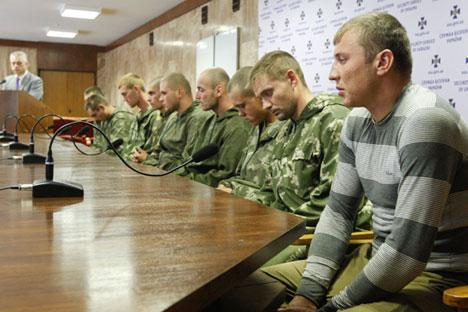 ウクライナ保安庁(SBU)は、軍がロシアの空挺部隊の兵士10人を、ウクライナ領内のロシアとの国境付近で拘束したと発表。=ロイター通信