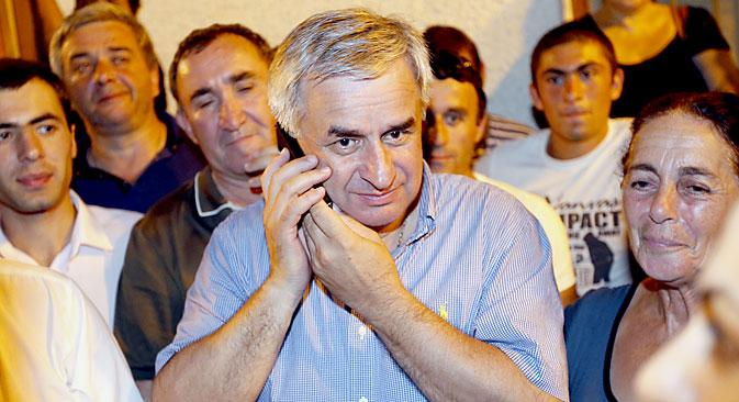アブハジア自治共和国で24日、繰り上げ大統領選が行われ、ラウリ・ハジムバ氏(56)が当選。=タス通信撮影