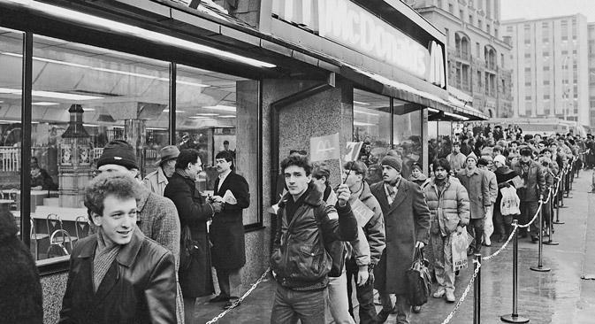 1990年1月31日に初めて、モスクワのプーシキン広場にマクドナルド一号店がオープンし、入り口前に長蛇の列ができた。=ユーリ・アブラモチキン撮影/ロシア通信