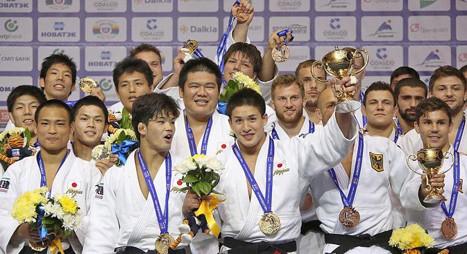 日本チームは、チェリャビンスクで開催された柔道の世界選手権で、金4個、銀2個、銅3個のメダルを獲得し、種目別の総合成績で一位となった。=タチアナ・アンドレエワ撮影/ロシア新聞