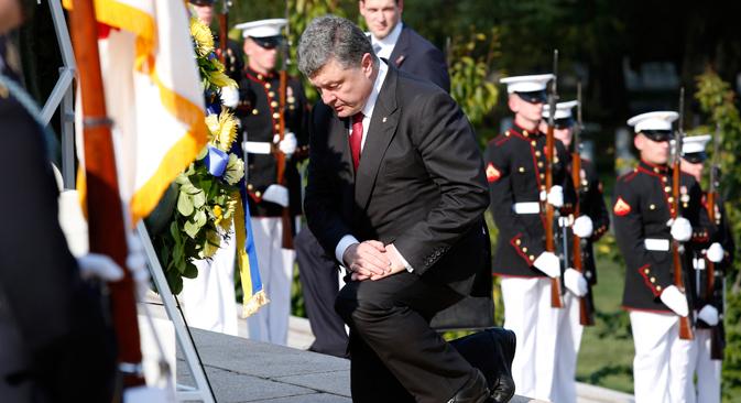 ウクライナのポロシェンコ大統領が、ワシントンのアーリントン国立墓地の無名戦士の墓に献花する。/ ロイター通信撮影