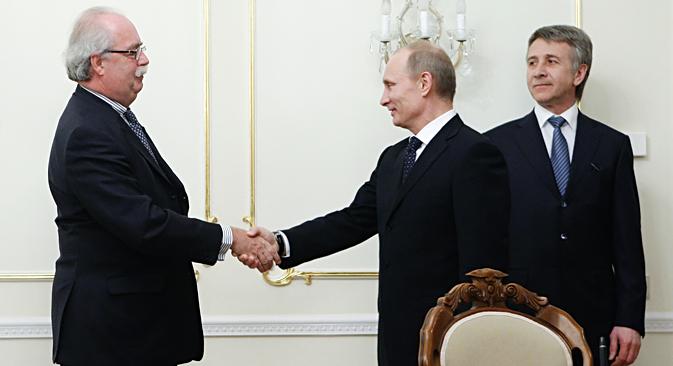 2011年3月2日、プーチン首相(当時)が、モスクワ郊外のノボ・オガリョボの官邸で、仏石油大手「トタル」のクリストフ・ドマルジュリ最高責任者(CEO)を歓迎する。その様子を、ロシア最大の独立系天然ガス生産・販売会社「ノバテク」のレオニード・ミヘリソンCEO(右)が見ている。ノバテクとトタルの協力に関する覚書調印の席で。=AFP/East News撮影
