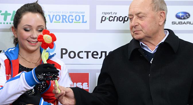 13-14シーズンのロシア杯。トゥクタムィシェワ選手とミシン・コーチ // マクシム・ボゴドビド/ロシア通信