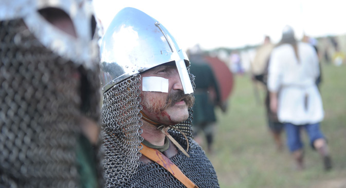 毎年恒例の歴史クラブによるフェスティバル「勇士の戦場」の参加者。セルプホフスキー地区、ドラキノ公園にて。//  カリニンニコフ/ロシア通信