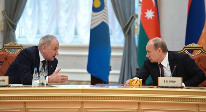 ミンスクで開催された独立国家共同体(CIS)首脳会議に出席した、ロシアのプーチン大統領とモルドバ共和国のニコラエ・ティモフティ大統領。// アレクセイ・二コルスキー/ロシア通信撮影