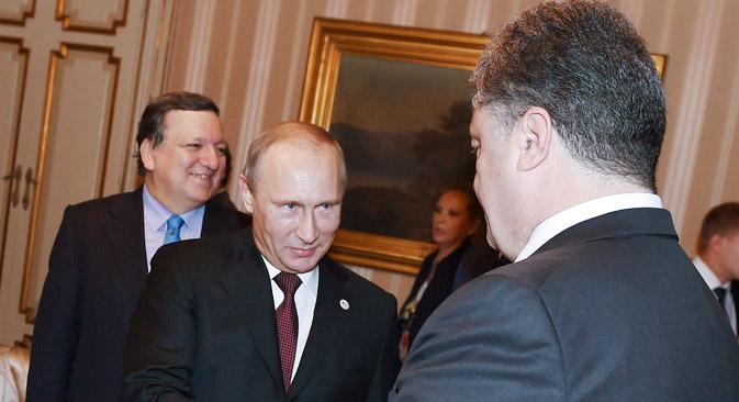 プーチン大統領は17日、訪問先のイタリア・ミラノでウクライナのペトロ・ポロシェンコ大統領と会談。=ロイター通信