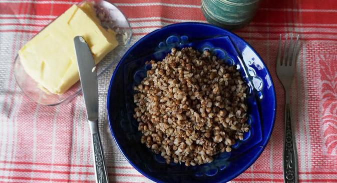 調理本ではソバの実に足すことができる材料として、バター、卵、レバー、キノコ、卵、さらには脳味噌まで、複数の選択肢が提案されている。=アンナ・ハルゼーワ撮影