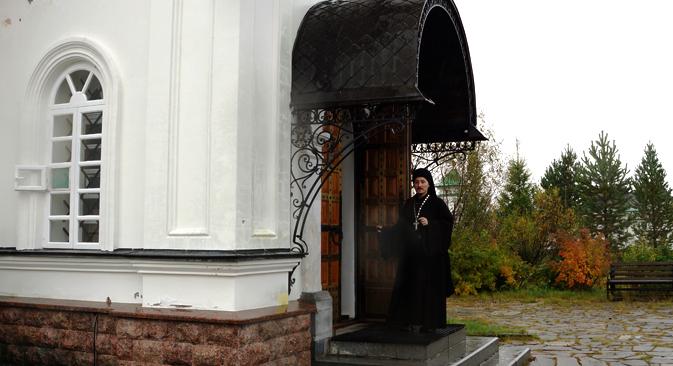 ロシアで最も有名な修道院の一つであるロシア北西部の白海に浮かぶソロヴベツキー諸島修道院の食堂。巡礼者や旅行者を輸送する修道院のボートにはイコンが装飾されている。