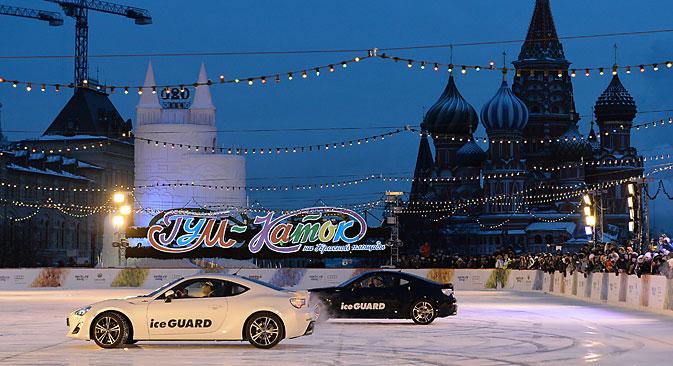 「自動車のアイスダンス」=マクシム・ブリノーフ撮影/ロシア通信