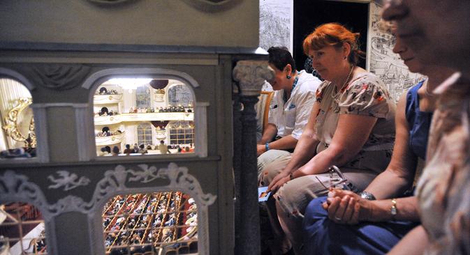 「テニ」劇場にはもう一つのプロジェクト「ボリショイ・ロイヤル・アカデミー国民ドラマ・オペラ・バレエ小人劇場」がある。小人劇場は「テニ」劇場の中にあるミニ劇場で、舞台、オーケストラ・ビット、平土間席、ボックス席があり、オーケストラ・ビットにはおもちゃの小さな楽団、観客席にはおもちゃの小さな観客がいる。来館者はこの小さな劇場の窓から、オペラグラスを使って人形の演劇を見る。=ドミートリイ・アレスコーフスキイ撮影/タス通信