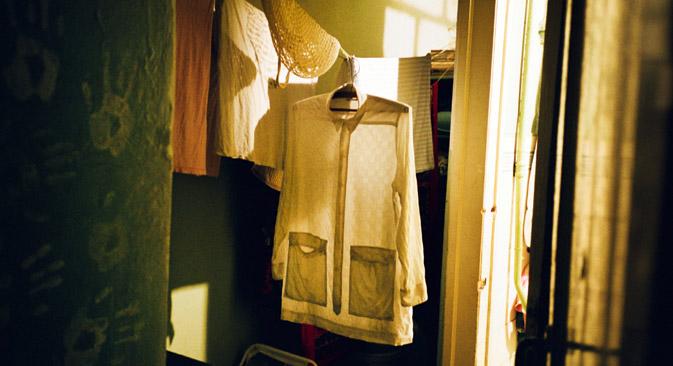 コムナルカの特徴の一つである物干ロープ。=Max Sher from the book «East»/Anzenberger/FOTODOM.RU