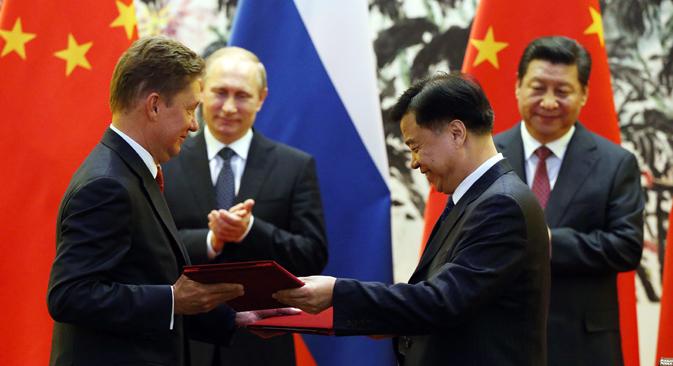 ウラジーミル・プーチン大統領と中国の習近平主席はガス関係を中心とする、約20件の書類の調印式にも出席。=コンスタンチン・ザヴラージン撮影/ロシア新聞