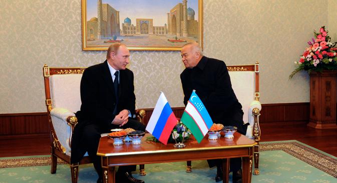 ロシアのウラジーミル・プーチンとウズベキスタンのイスラム・カリモフ=AP通信