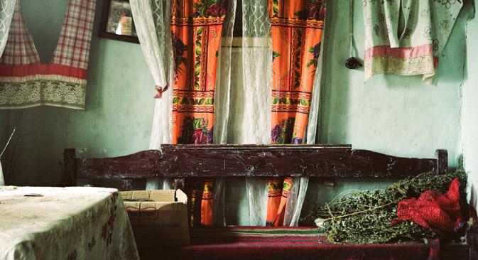 ロシア西部にあるオルロフ州のムゼヌスク市の伝統的な村の家の内部。このインテリアは古典的なものだが、現在も存在している。=ソフィア・タタリノワ撮影。