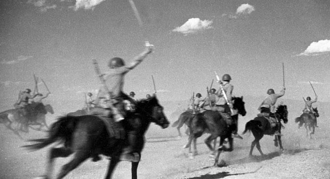 1917年の革命後、シャシュカは赤軍の主な刃器となり、第二次世界大戦中もソ連騎兵部隊では依然として使用されていた。=オゼルスキイ撮影/ロシア通信