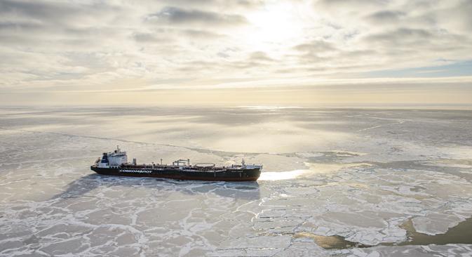 「プリラズロムノエ」油田における石油出荷、2014年4月=写真提供: ガスプロム